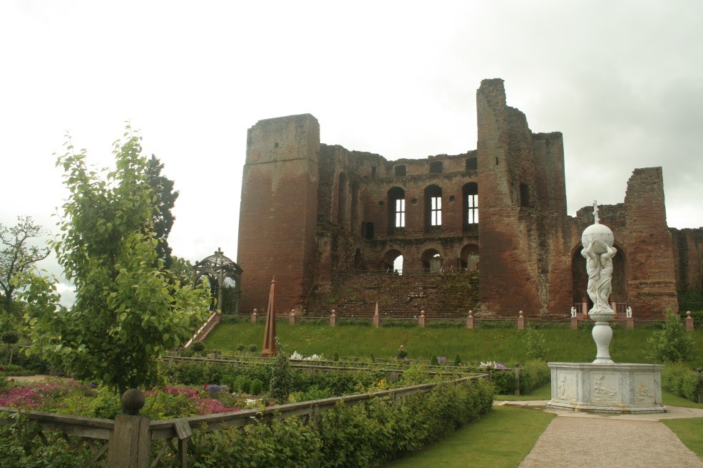 Kenilworth-Castle-showing-the-Privy-Garden-created-for-Elizabeth-I-©-Tudor-Times-2015